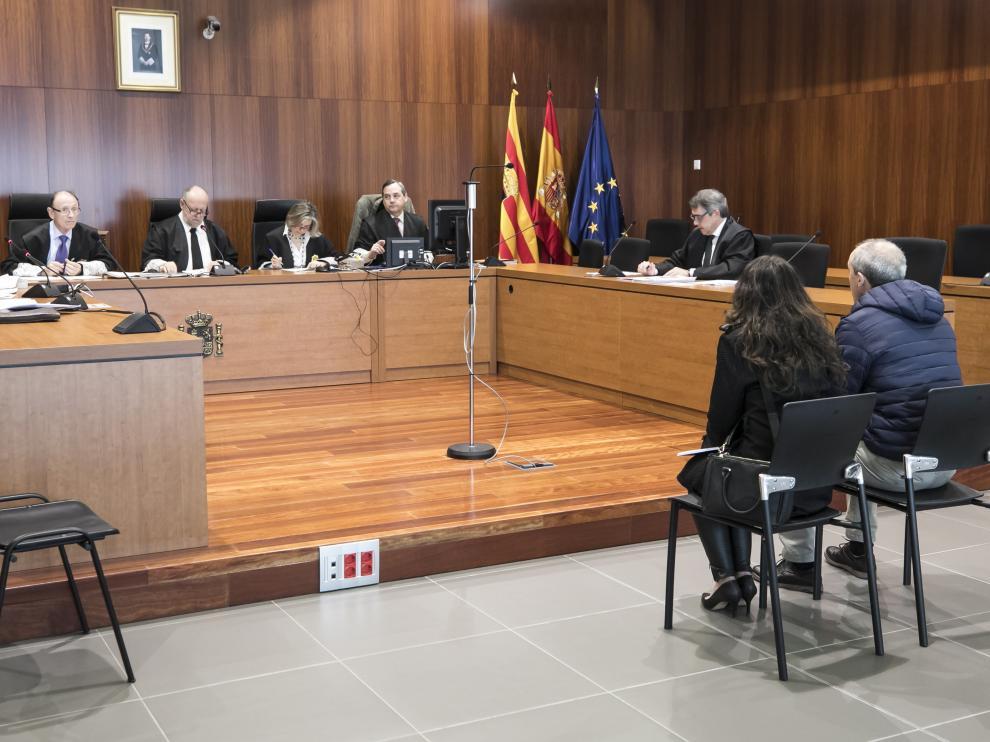 El matrimonio acusado de estafa, durante el juicio celebrado este lunes en la Audiencia de Zaragoza.