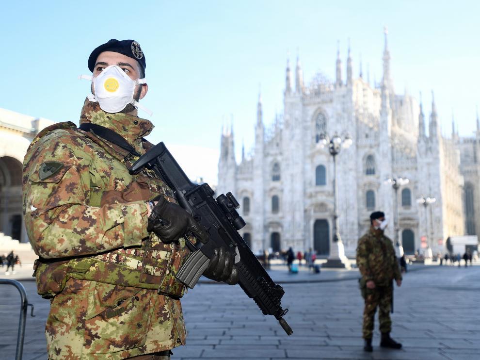 Militares italianos con mascarillas ante la catedral de Milán