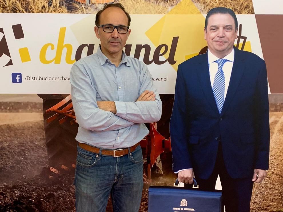 El empresario barbastrense Conrado Chavanel con la imagen a tamaño real del ministro que expondrá en su stand.