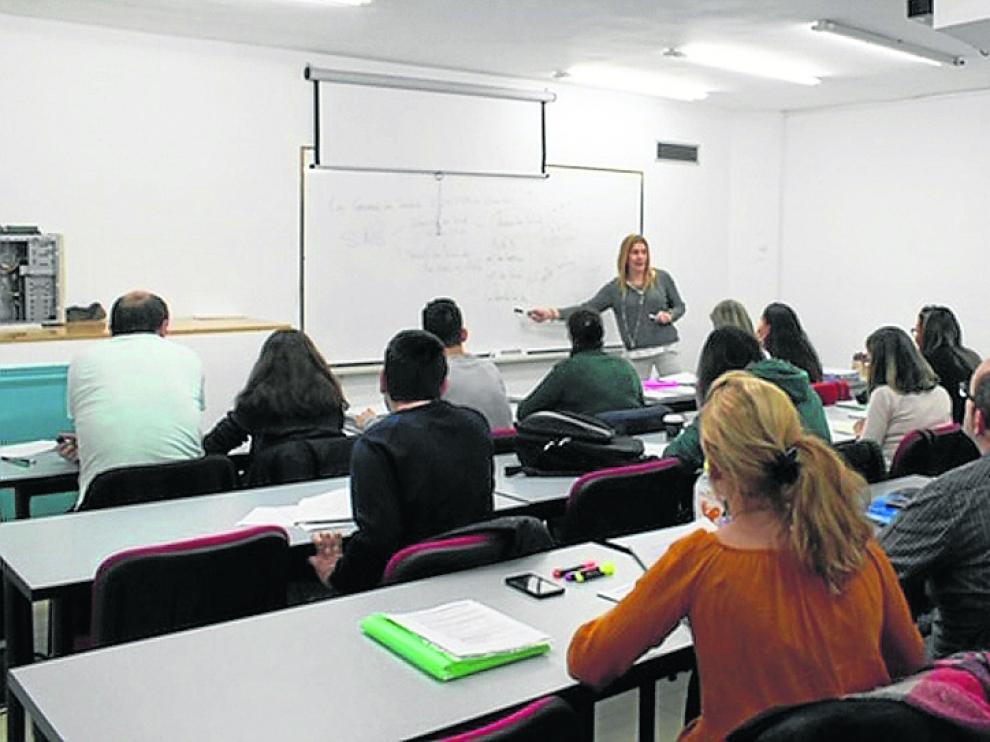 Carmen Segura imparte una clase a los alumnos de la academia de opositores Oposbank de Zaragoza.