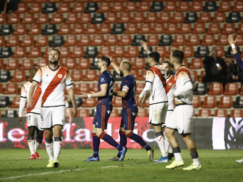 Los jugadores de la SD Huesca protestan una de la acciones de Ais Reig