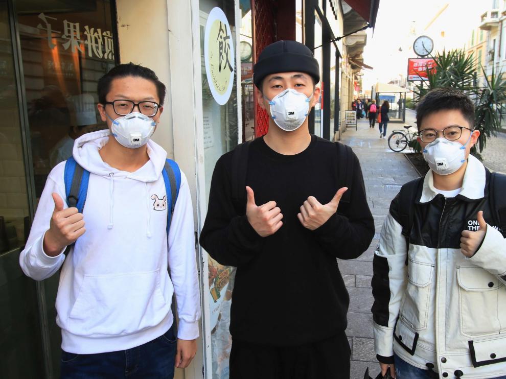 Un grupo de hombres llevan máscaras en Milán