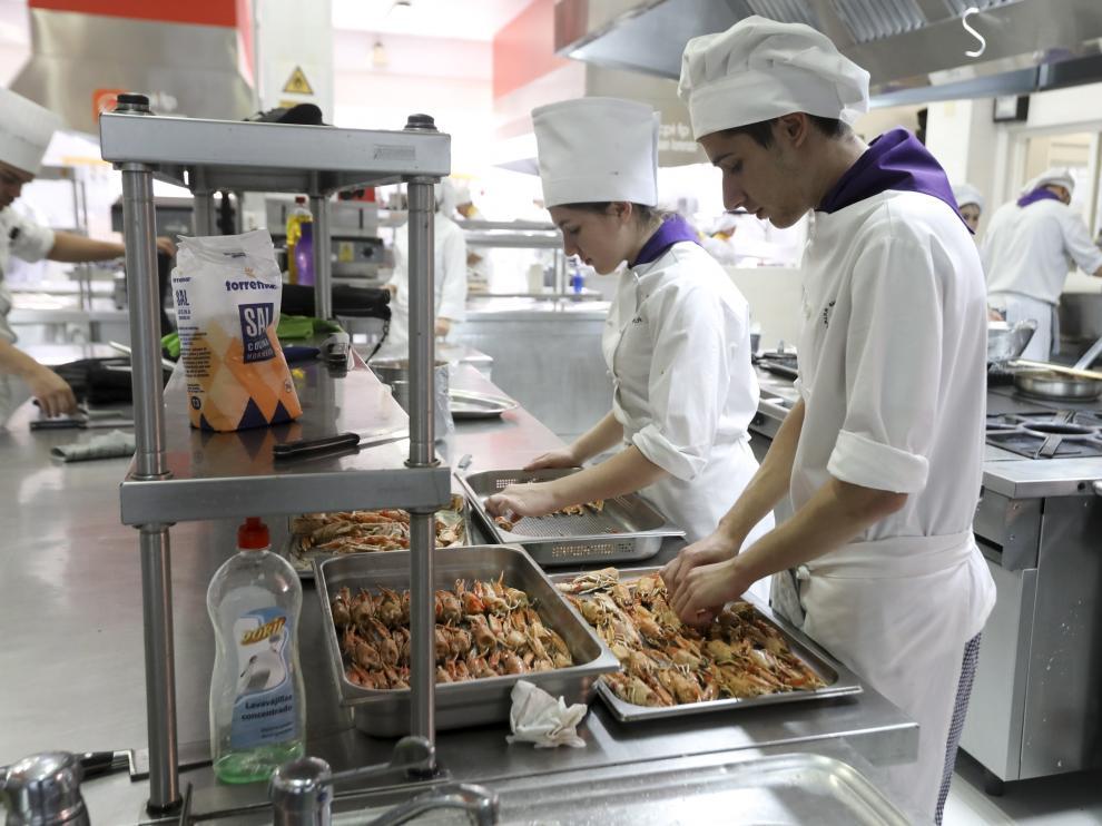 Alumnos en la cocina de la Escuela de Huesca durante las recientes jornadas gastronómicas.