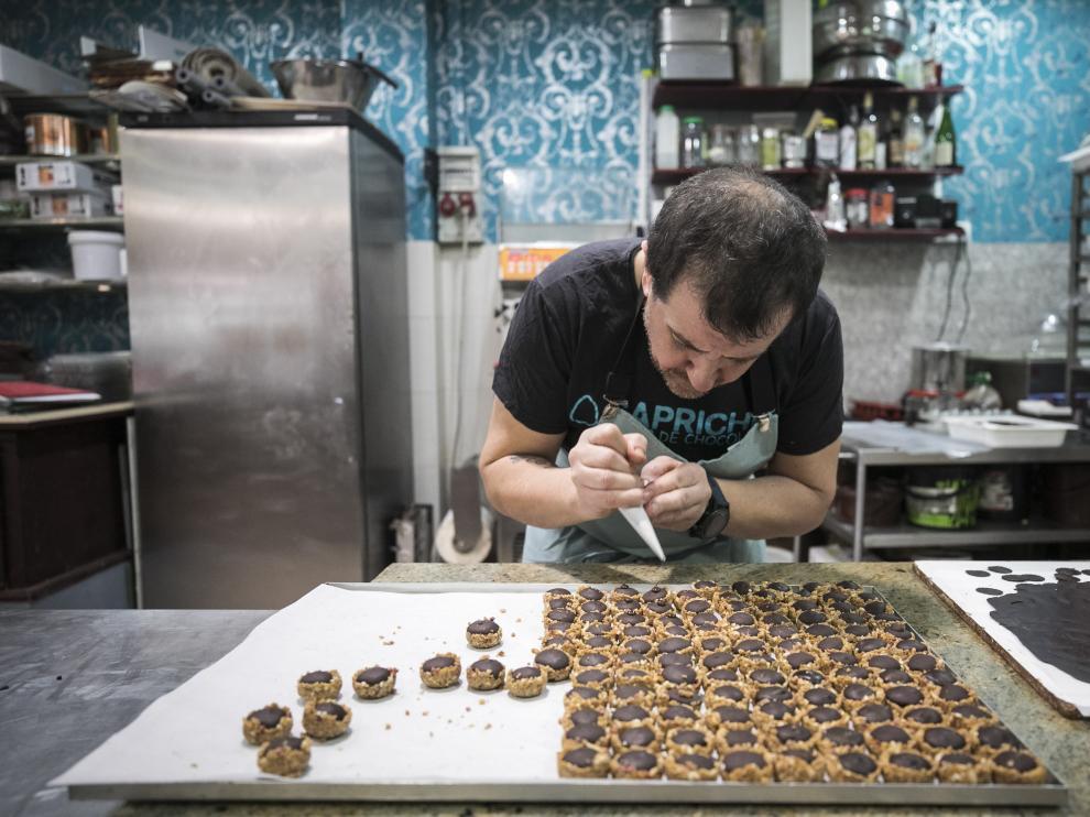 Luis Paracuellos, elaborando las pastas de té, que venderá a partir de la próxima semana en Chocolates Capricho.