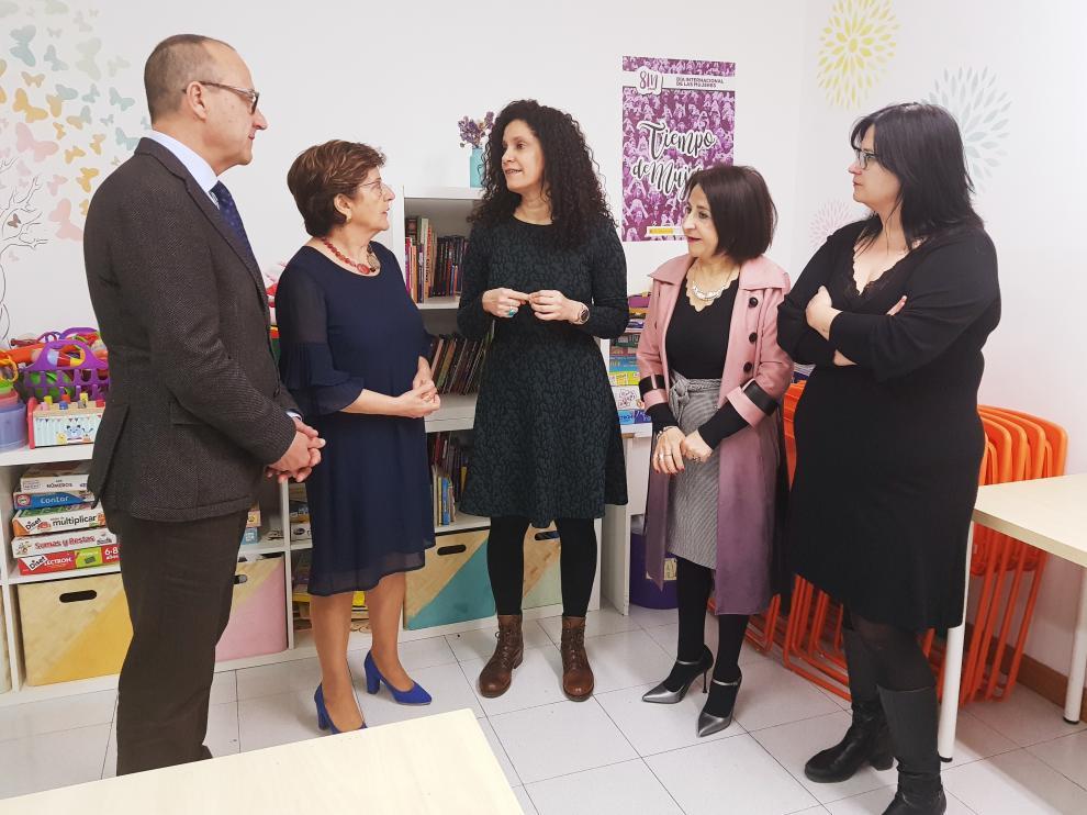 Los consejeros Felipe Faci y María Victoria Broto durante su visita a la sede de Amasol, en Zaragoza.
