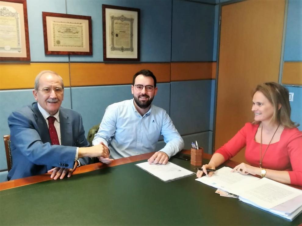 Firma de la adquisición de una parcela de 7.950 metros en Plhus por Talleres Lupiñén.