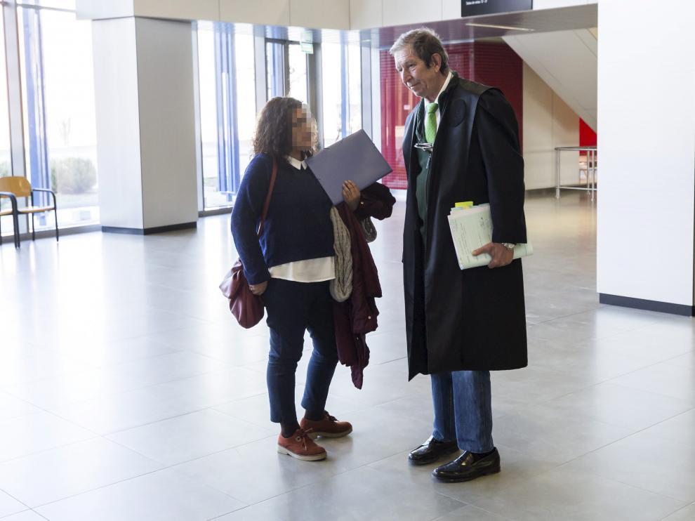 El abogado Javier Checa, en los pasillos de la Ciudad de la Justicia de Zaragoza.