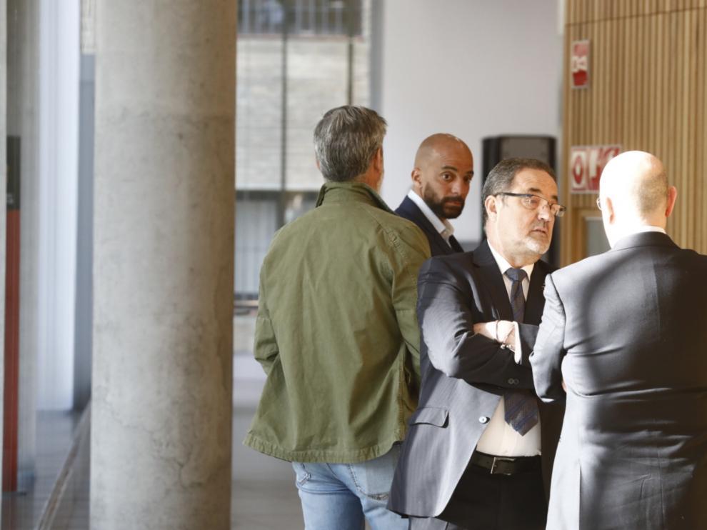 Agapito Iglesias habla con el exdirectivo Javier Porquera (de espaldas) y Peter Luccin observa desde el fondo.