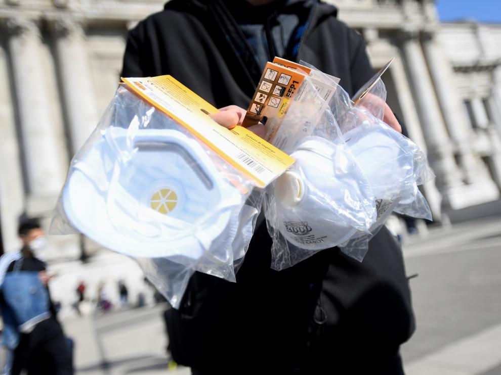 Un hombre aprovecha el miedo al coronavirus para vender mascarillas por las calles del centro de Milán