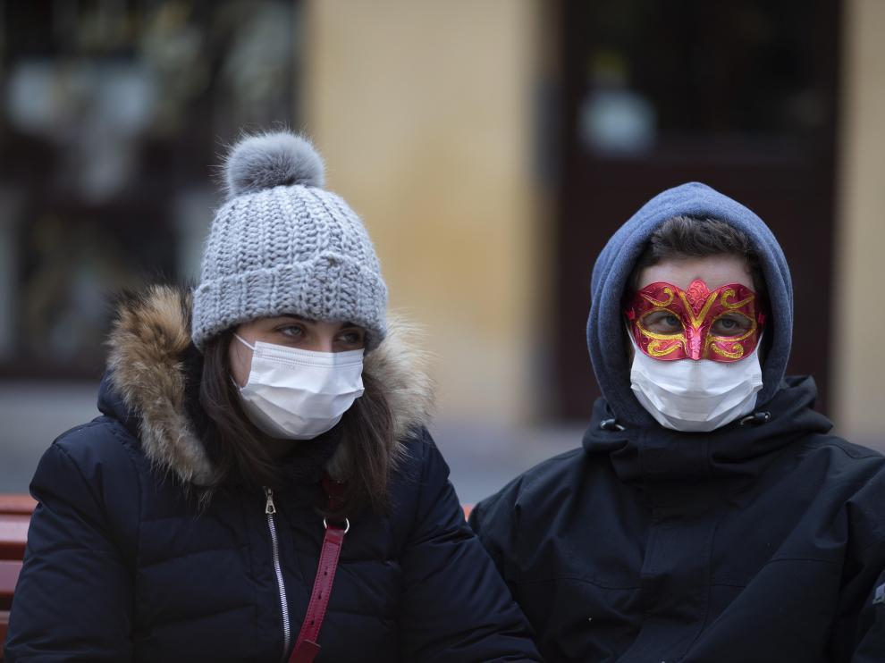 Varios turistas con mascarillas en Venecia.