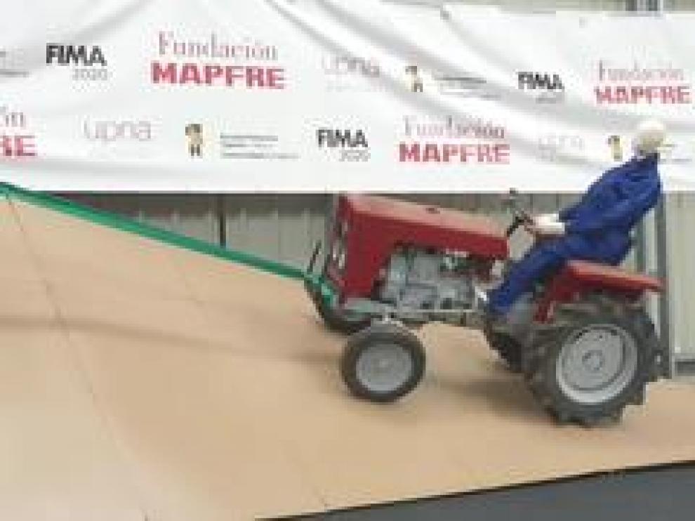 Fundación MAFRE ha hecho, este miércoles, una demostración en FIMA del peligro del vuelco de un tractor. Un accidente que causa 60 muertes al año en España.