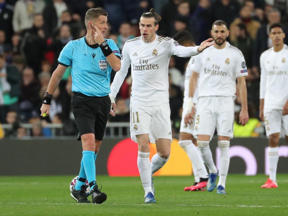 Bale, del Real Madrid, protesta al árbitro una jugada