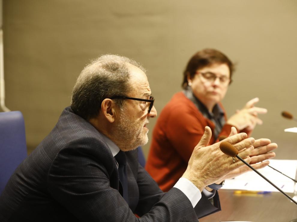 El secretario general en funciones de la Universidad de Zaragoza, Juan García Blasco; y la vicerrectora de Política Científica en funciones, Blanca Ros.
