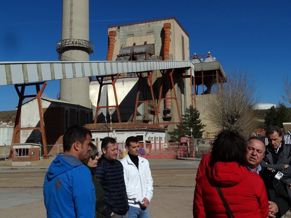 Los alcaldes de los pueblos mineros, en la central térmica de Escucha.