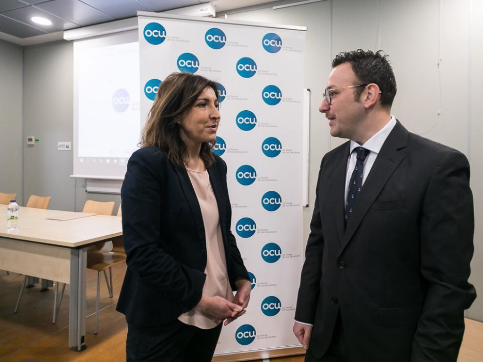 La directora de comunicación y Relaciones Institucionales de OCU, Ileana Izverniceanu, y el delegado en Aragón de la asociación, Alejandro Marín Abad.