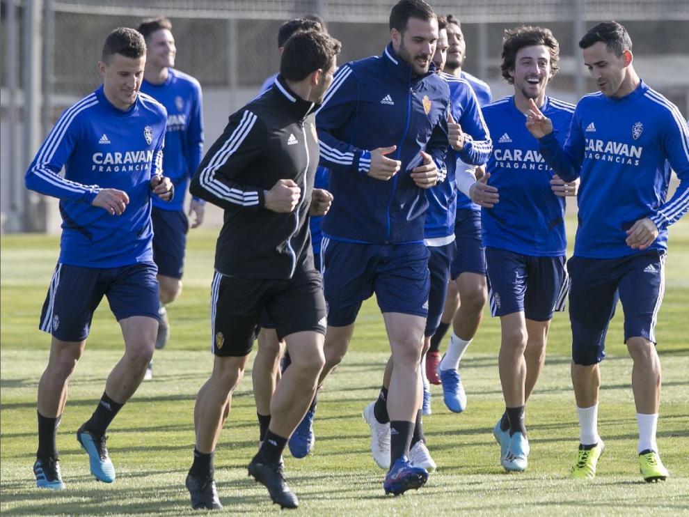Nieto, a la izquierda, en la fase inicial del último entrenamiento del Real Zaragoza con el resto del grupo.