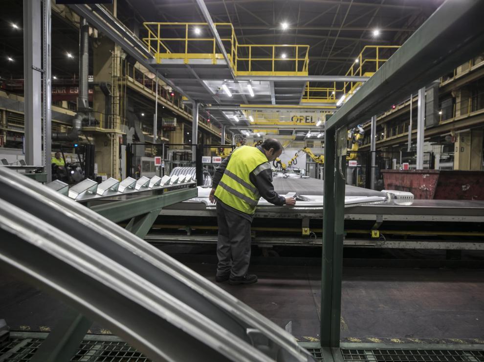 Un trabajador, en las instalaciones de Opel España, del grupo PSA, en Zaragoza.