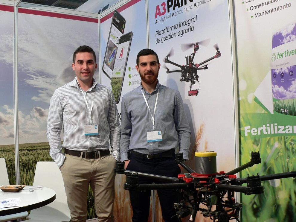 José Manuel Ruiz y Cristian Aldaz, en el expositor con el que participan en la Feria Internacional de Maquinaria Agrícola.