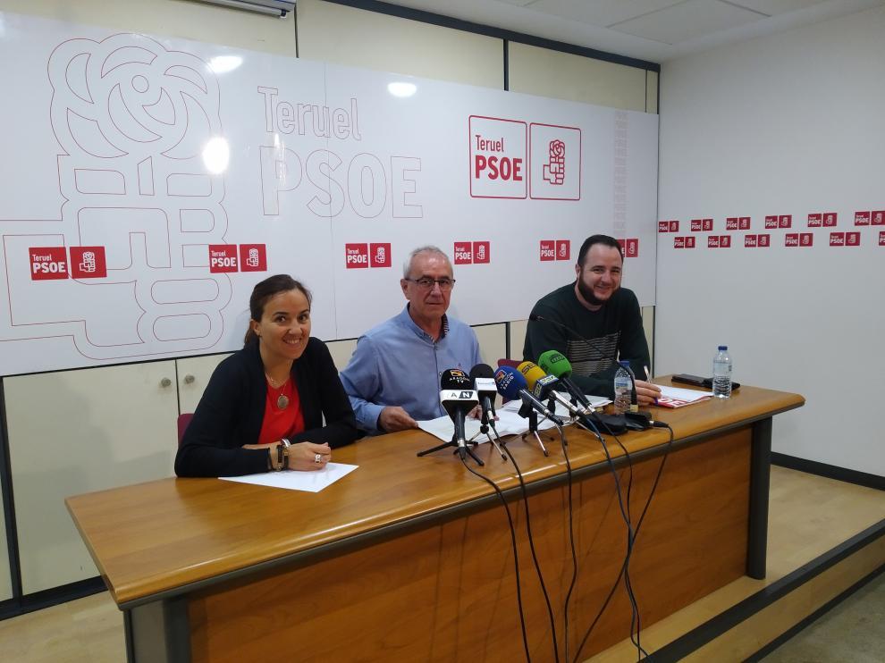 Samuel Morón, en el centro, durante la rueda de prensa ofrecida en la sede del PSOE.