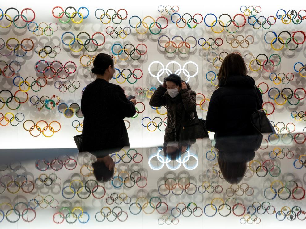 Varias personas visitan el Museo de los Juegos Olímpicos de Tokio con las mascarillas puestas.