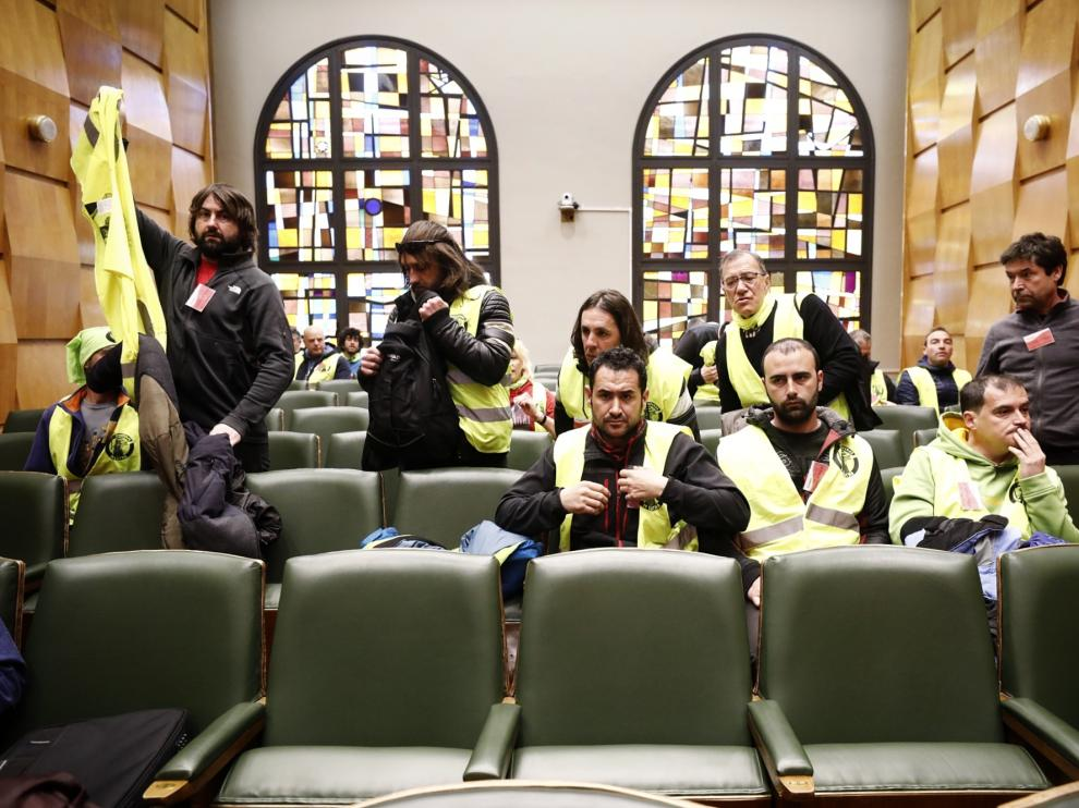 Trabajadores de parques y jardines, este jueves, en el pleno del Ayuntamiento de Zaragoza.