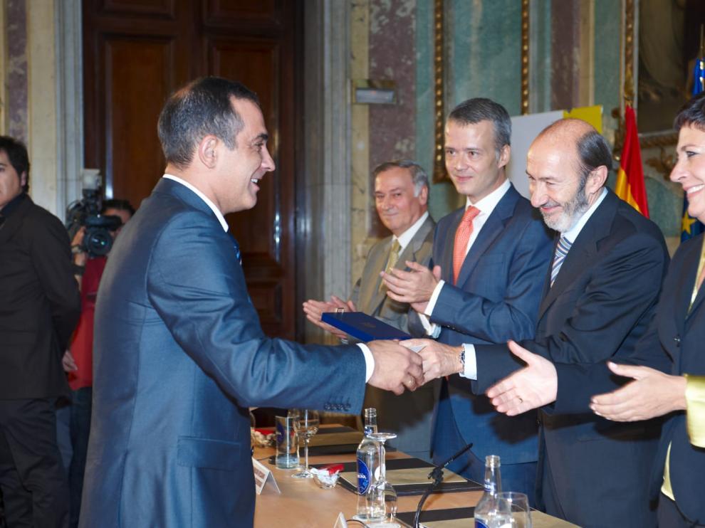 Andrés Gonzalo recibe la medalla de oro de la institución penitenciaria en 2008