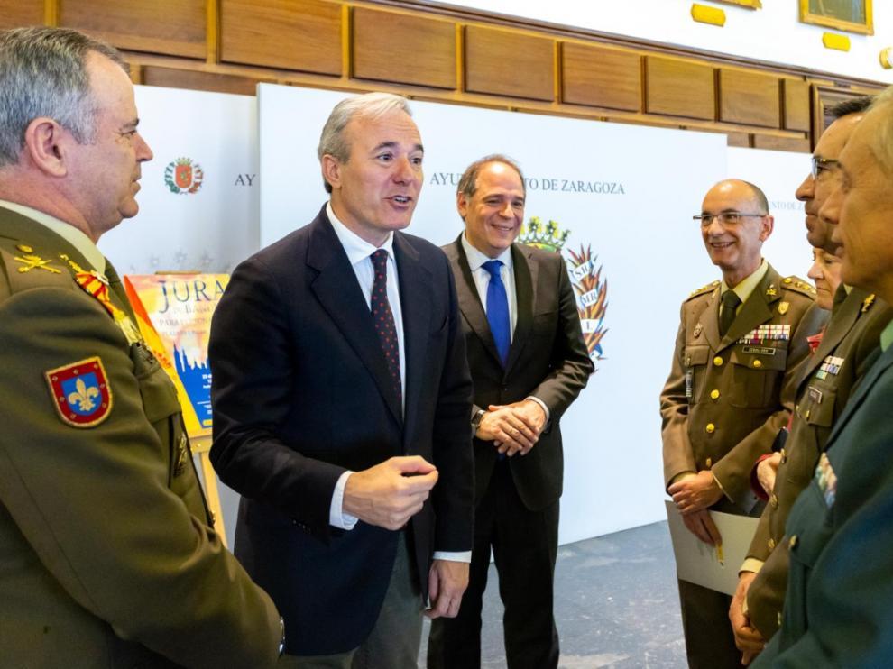 Jorge Azcón, segundo por la izquierda, con los representantes militares durante la rueda de prensa en la que se ha presentado la jura de bandera para civiles