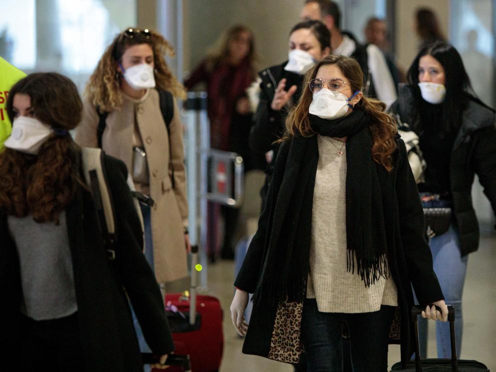 Jóvenes procedentes de Italia protegidas con mascarillas a su llegada esta semana al aeropuerto de Manises (Valencia).