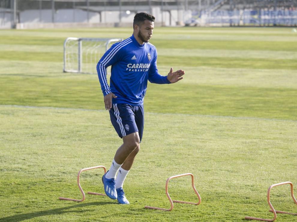 Luis Suárez salta pequeñas vallas durante el entrenamiento del Real Zaragoza para fortalecer su tobillo dañado.