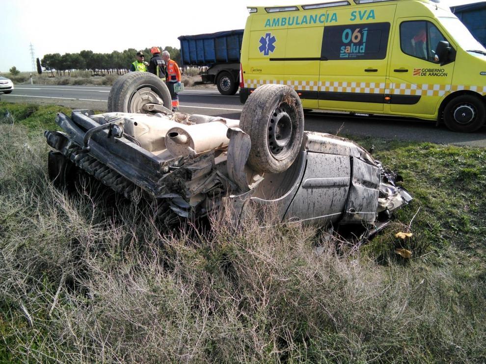 Imagen del coche accidentado en la N-II, cerca de Fraga.