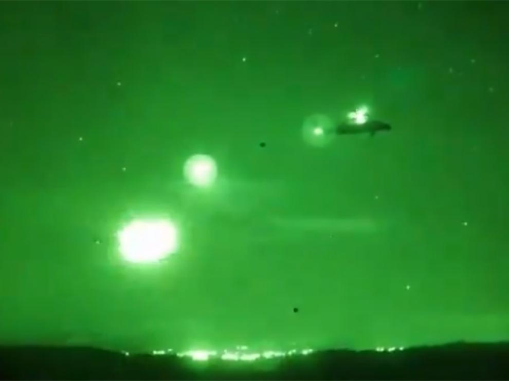 Un helicóptero Tigre dispara de noche en el campo de maniobras de San Gregorio.