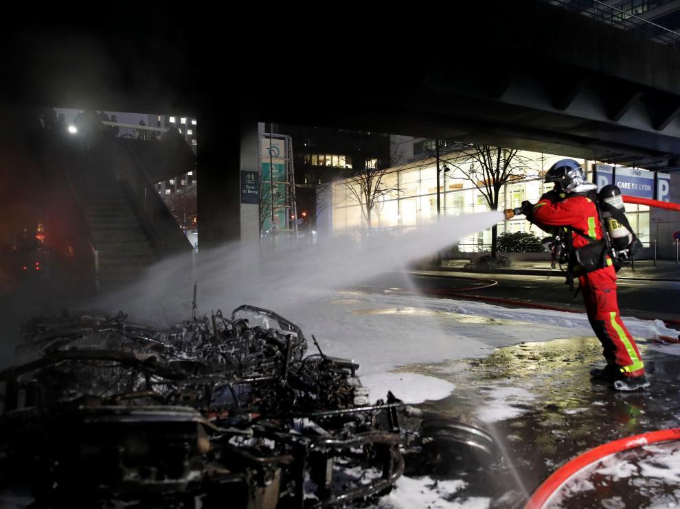 Los bomberos actúan en las inmediaciones de la estación de Lyon en París