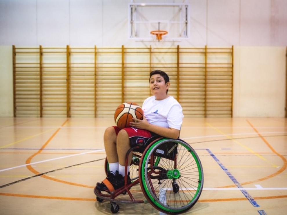 Sergio Valdivia en la cancha de baloncesto.
