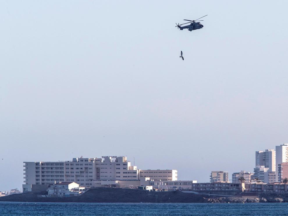 Un avión del Ejército del Aire, durante la búsqueda del piloto y el avión siniestrado en el mar Menor.