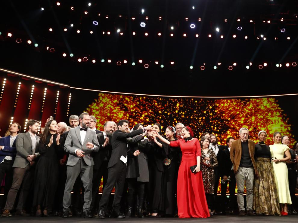 The awarded pose for a family picture after the awards ceremony at the 70th Berlinale International Film Festival in Berlin, Germany, February 29, 2020. REUTERS/Fabrizio Bensch [[[REUTERS VOCENTO]]] FILMFESTIVAL-BERLIN/AWARDS