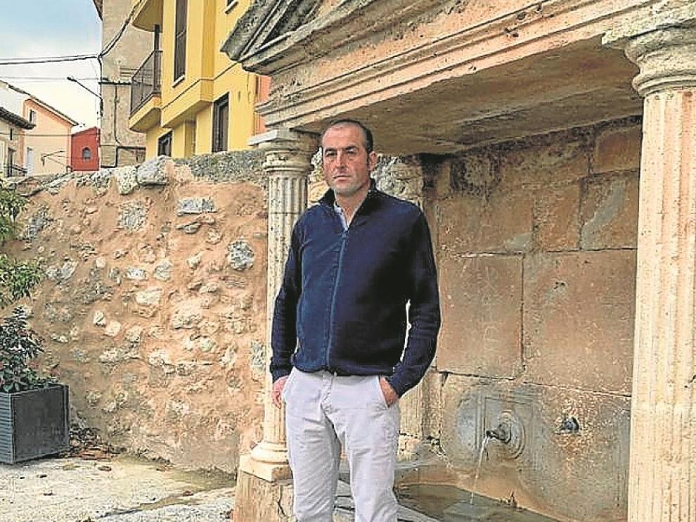 Sergio Igual, alcalde de Aldehuela, junto a la fuente de la pedanía.