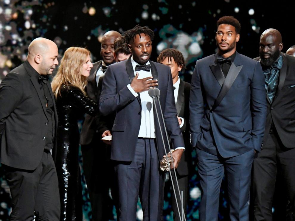 El director Ladj Ly recibe el Cesar a la mejor película por 'Les Miserables'.