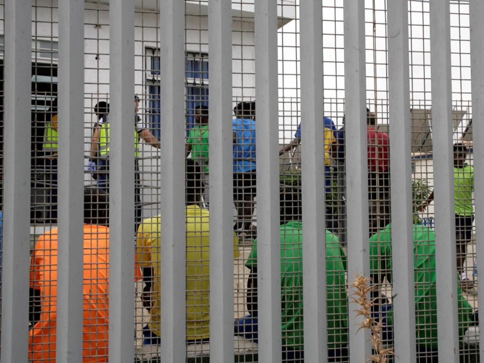 Un grupo de inmigrantes en el centro de estancial temporal de Melilla.