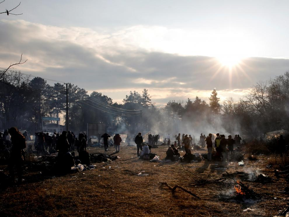 Migrants camp as they await to cross the border at Turkey's Pazarkule with Greece's Kastanies, in Edirne