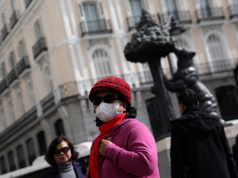 Una turista con mascarilla en la Puerta del Sol en Madrid.