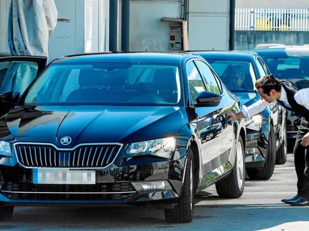 Imagen de archivo de un conductor de Cabify en Barcelona comprobando el estado de su coche
