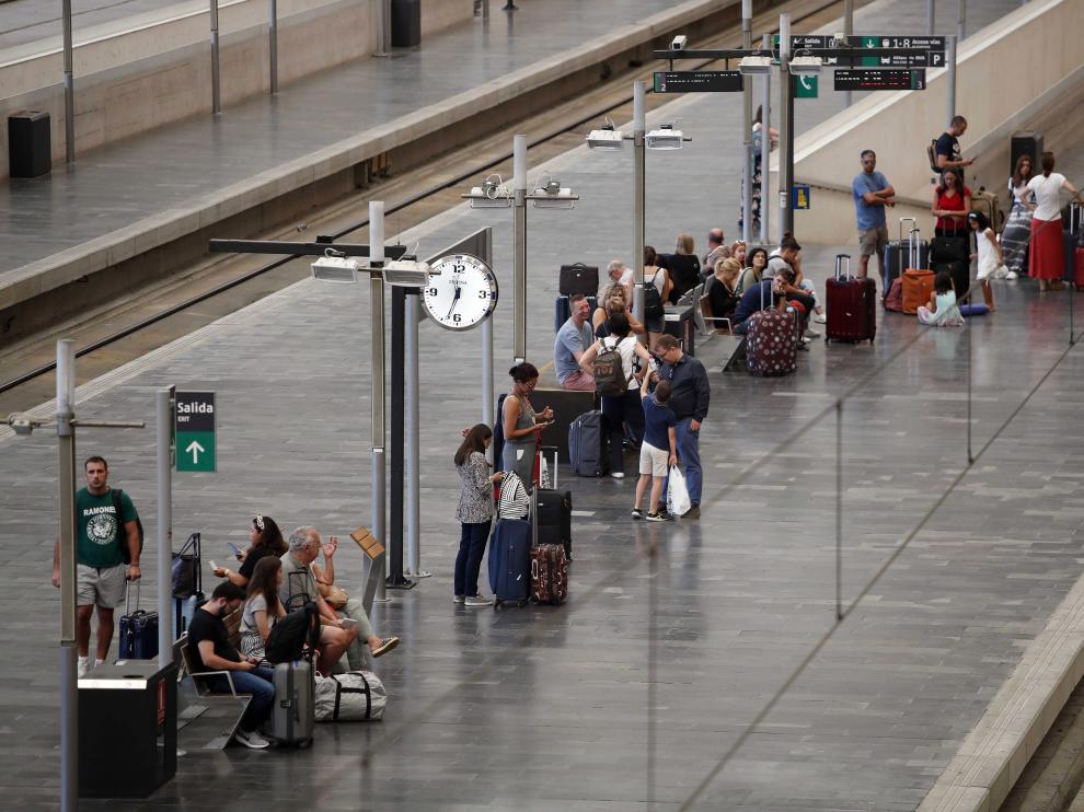 Viajeros en los andenes de la estación de tren de Delicias, en Zaragoza.
