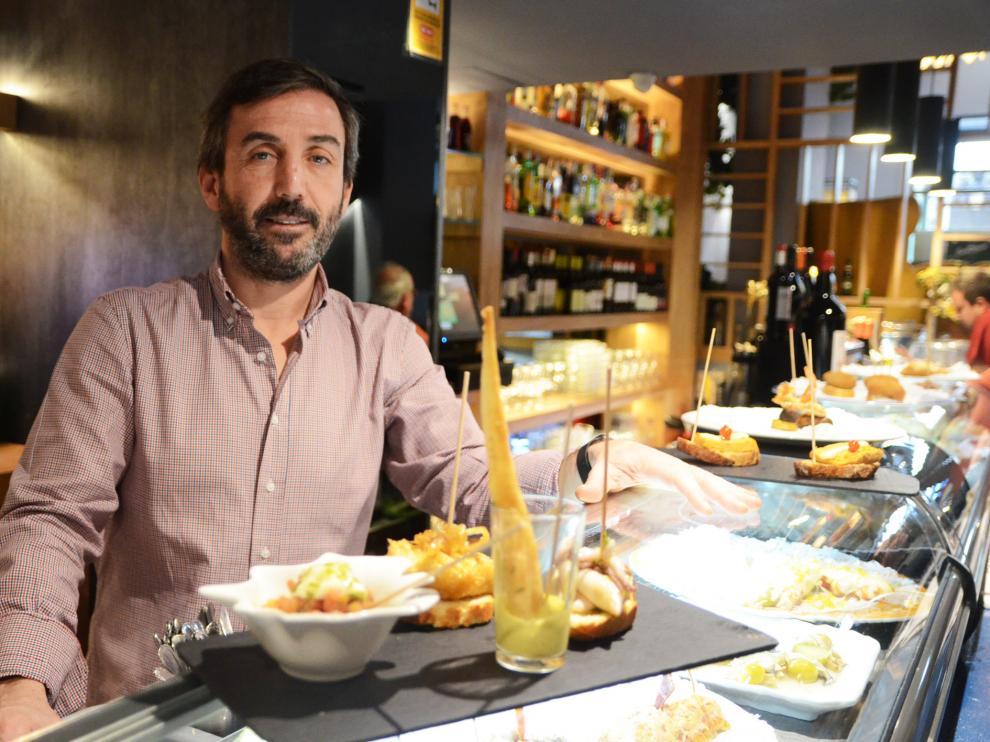 Óscar Gargallo, propietario de Lekune Pinchos, en la barra del establecimiento.