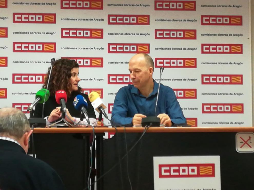 Elena Pérez, responsable de Igualdad en CC. OO. Aragón, junto a Carmelo Asensio en la presentación hoy del informe 'La mujer en Aragón 2019'
