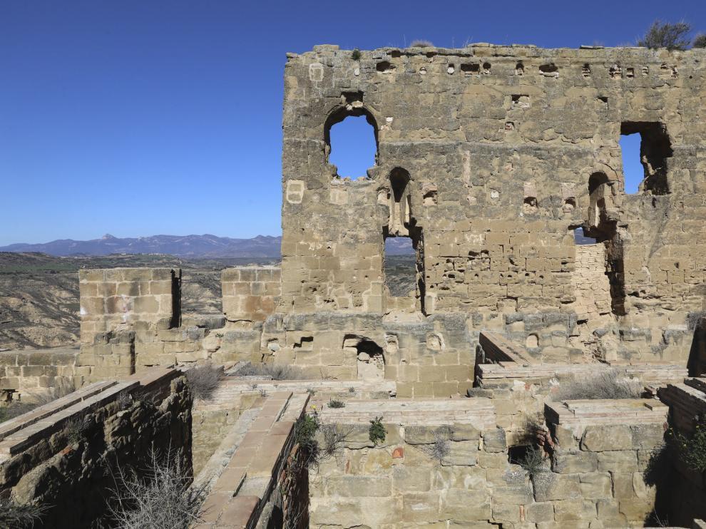 Uno de los muros del castillo de Montearagón.
