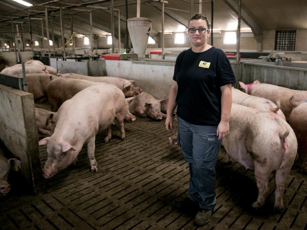 Marta Urieta, en la granja familiar en Lécera (Zaragoza).Raquel Labodía. Heraldo de Aragón