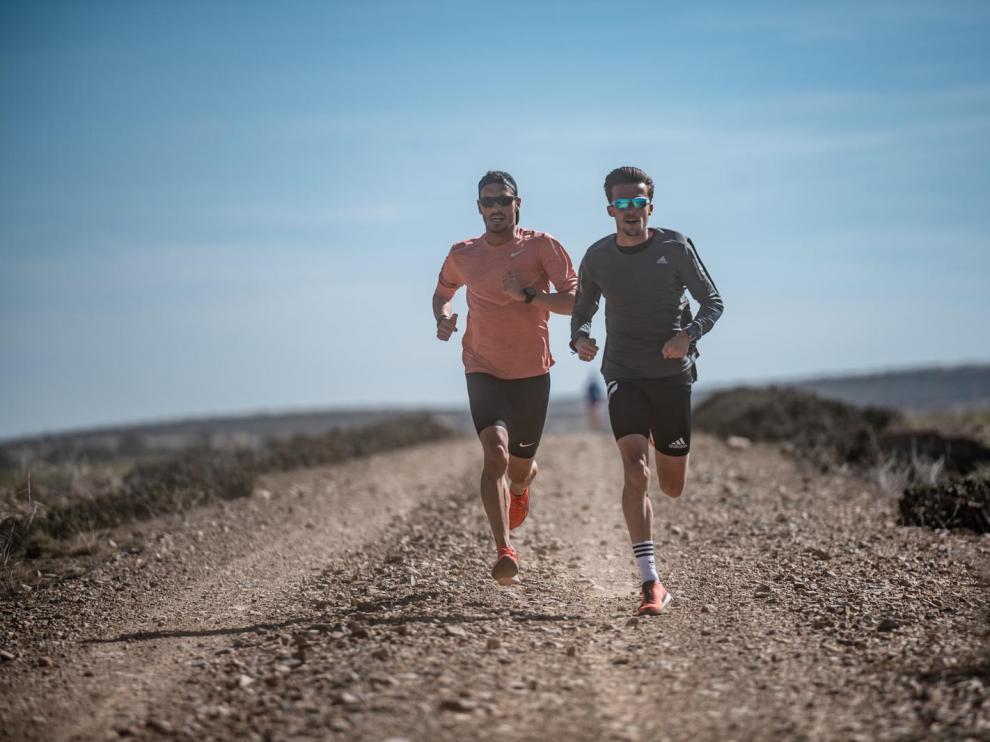 Toni Abadía y Carlos Mayo corriendo durante su preparación en Bronchales, Teruel.