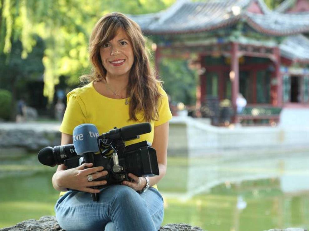 Mavi Doñate sujeta una cámara y un micro de RTVE.
