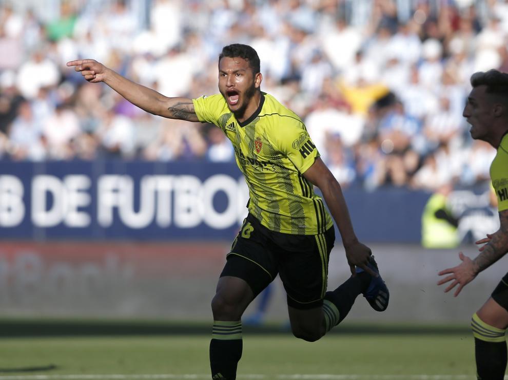 Luis Suárez festeja el gol del triunfo en Málaga.