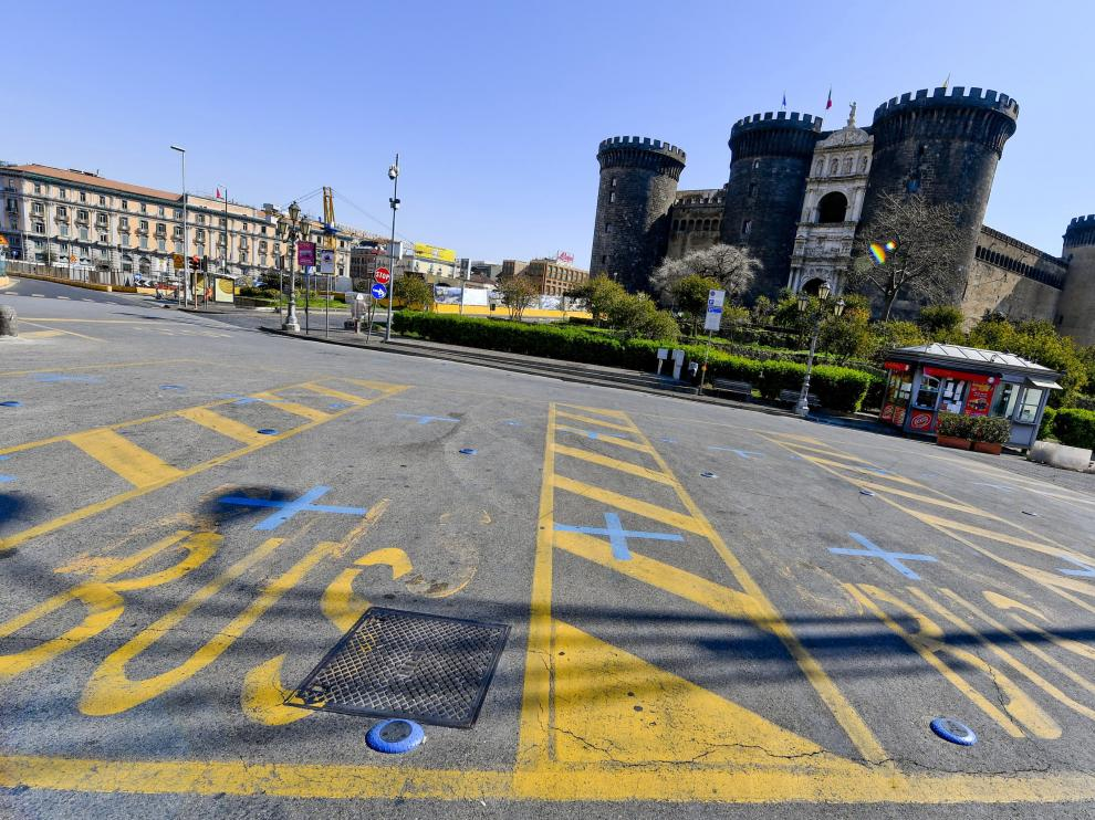 Aspecto que presentaba este martes una plaza de la ciudad italiana de Nápoles.